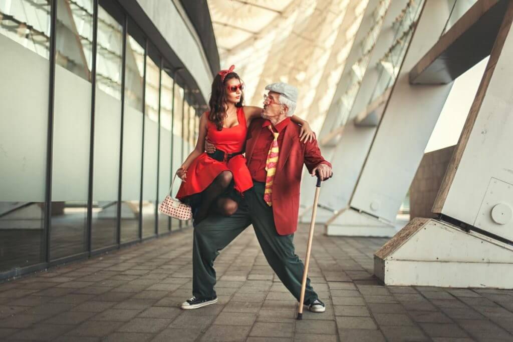 Alter Mann tanzt mit junger Frau
