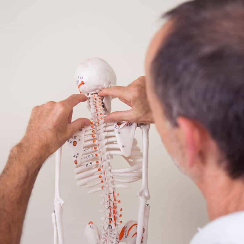 Kopfschmerzen Behandlung durch Osteupressurpunkte am Skelett