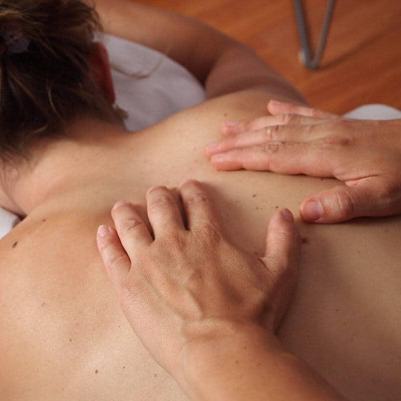 Eine Frau erhält eine Rückenmassage.