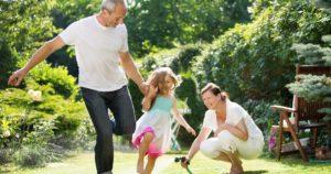 Großeltern spielen ohne Knieschmerzen mit ihrer Nichte