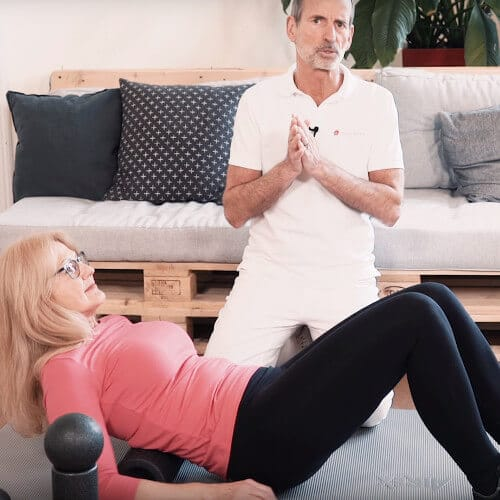Roland Liebscher-Bracht zeigt eine Übung mit Faszienrolle gegen Rückenschmerzen