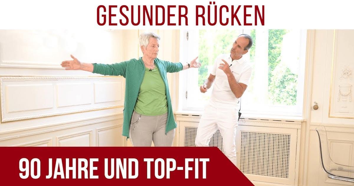 Roland Liebscher-Bracht zeigt seiner 90-jährigen Mutter Übungen gegen Rückenschmerzen