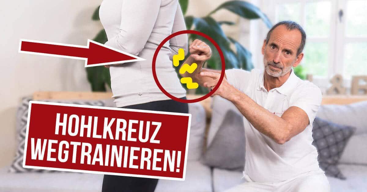 Schmerzspezialist Roland Liebscher-Bracht deutet auf das Hohlkreuz einer Patientin