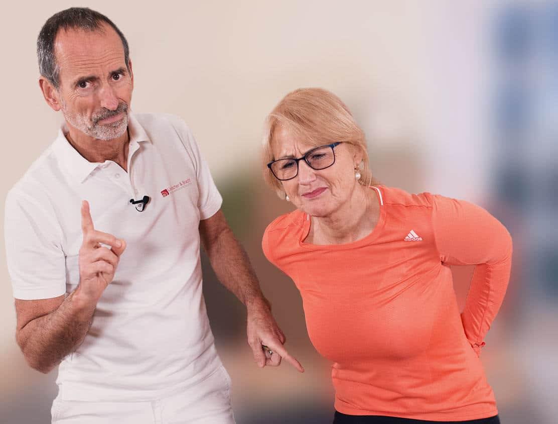 Roland Liebscher-Bracht und eine Frau mit Rückenschmerzen