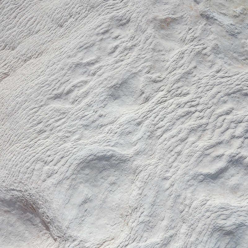 Zu sehen sind großflächige Kalkablagerungen in der Natur