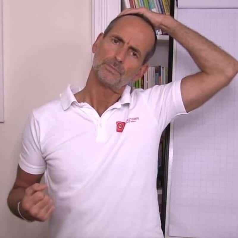 Schmerzspezialist Roland Liebscher-Bracht dehnt die seitliche Halsmuskulatur
