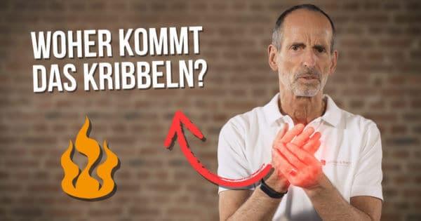 """Roland Liebscher-Bracht greift sich seine Hand, sie ist durch rotes Leuchten betont. Ein Pfeil von den Händen abgehend führt auf den Schriftzug """"Woher kommt das Kribbeln?"""""""
