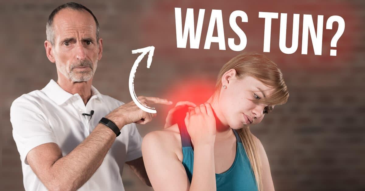 Roland Liebscher-Bracht zeigt einer Patientin Übungen gegen Bandscheibenvorfall in der Halswirbelsäule