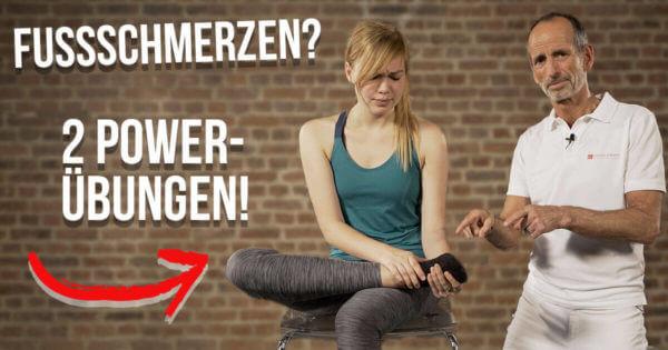 Roland Liebscher-Bracht zeigt einer Patientin die besten Übungen gegen Fußschmerzen
