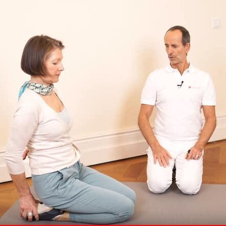 Übung im Fersensitz bei Schmerzen in der Kniekehle