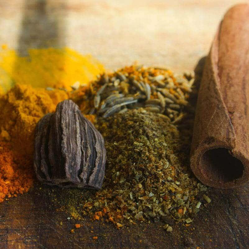 Verschiedene Gewürze wie Curry und Zimt, die Entzündungen bei Rheuma eindämmen können