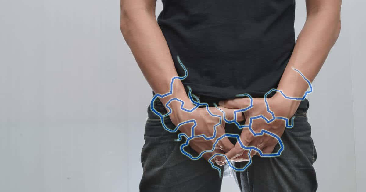 Mann hält sich den schmerzenden Leistenbereich bei Hüftarthrose