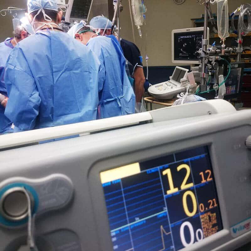 Blick in einen Operationssaal mit Ärzten und Monitor