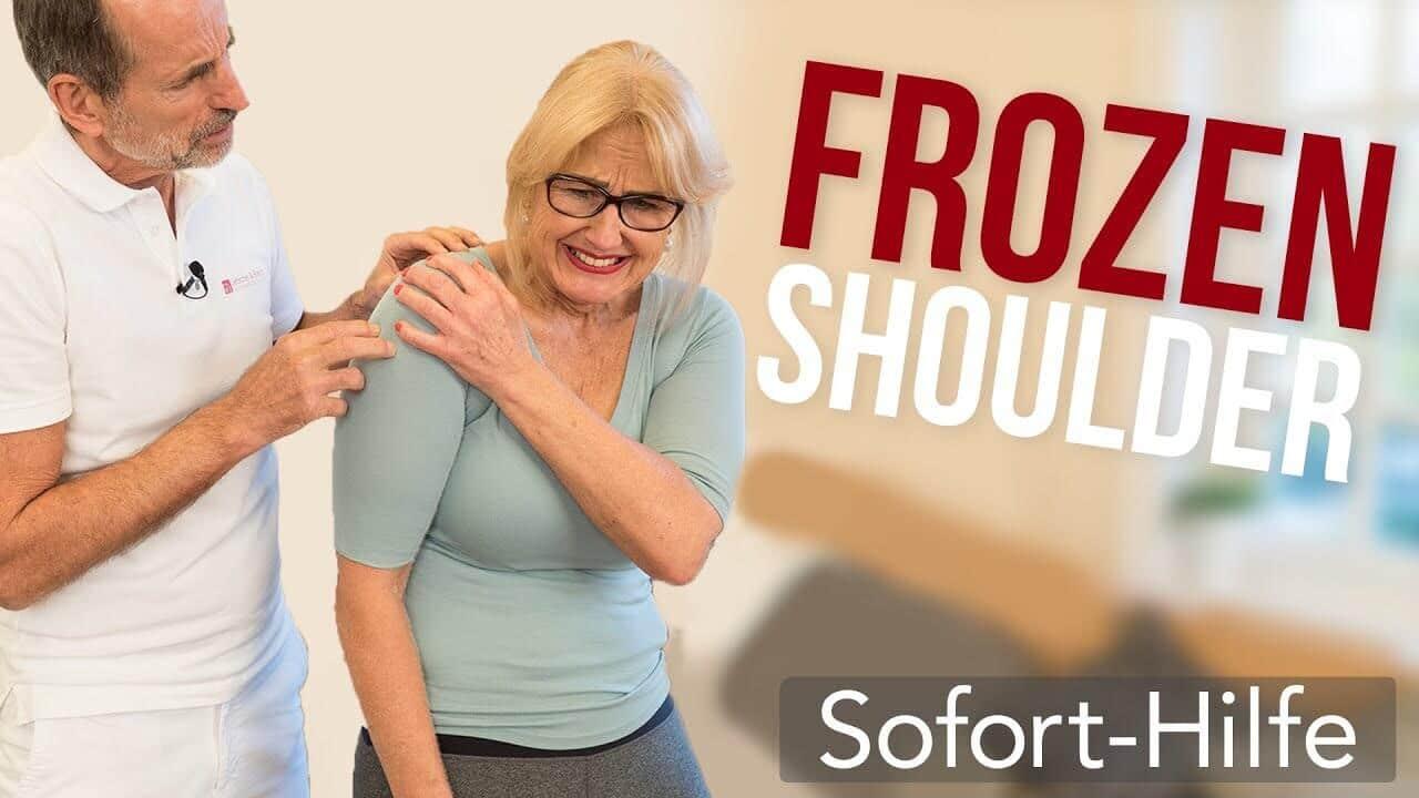 Roland Liebscher-Bracht zeigt einer Patientin die besten Übungen gegen Frozen Shoulder