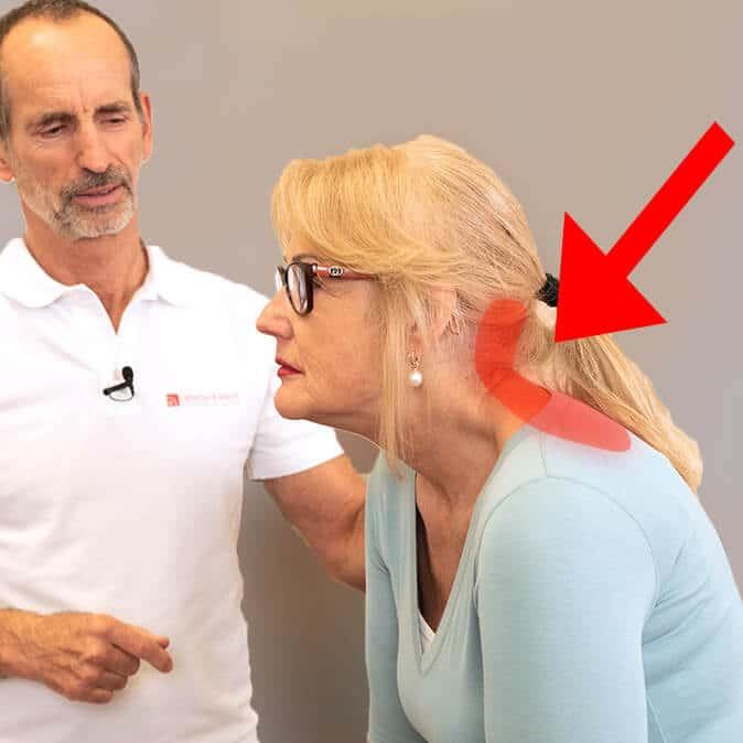Roland Liebscher-Bracht zeigt einer Patientin Übungen gegen Geierhals und Brettnacken