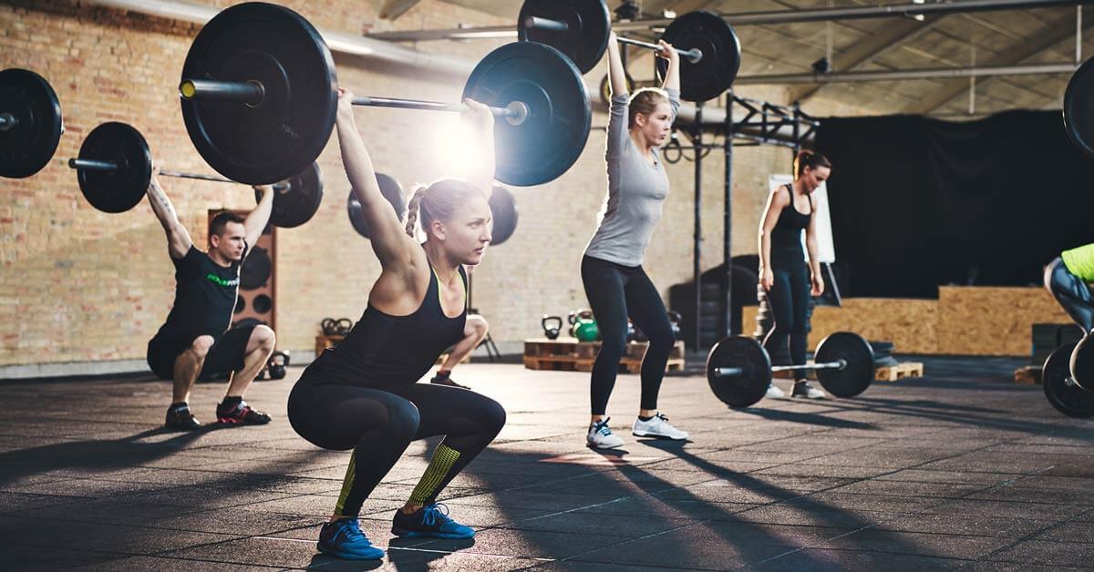 Eine Frau macht Krafttraining gegen Rückenschmerzen im Fitnessstudio