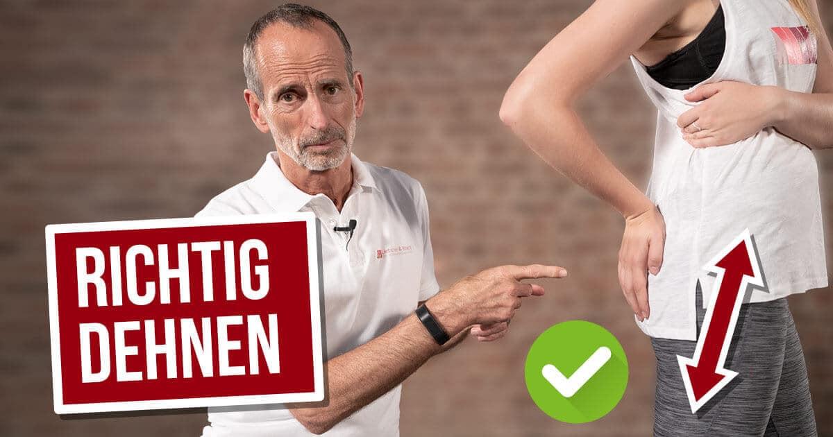 Roland Liebscher-Bracht zeigt einer Patientin, wie man den Piriformis richtig dehnt und was die beste Übung gegen das Piriformis-Syndrom ist.