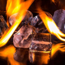 Eiswürfel, die von Flammen umgeben sind