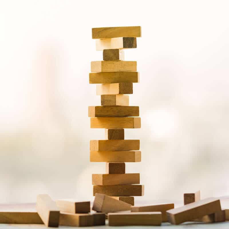 Bausteine versetzt übereinander aufgebaut sollen die Instabilität der Wirbelsäule beim Wirbelgleiten darstellen