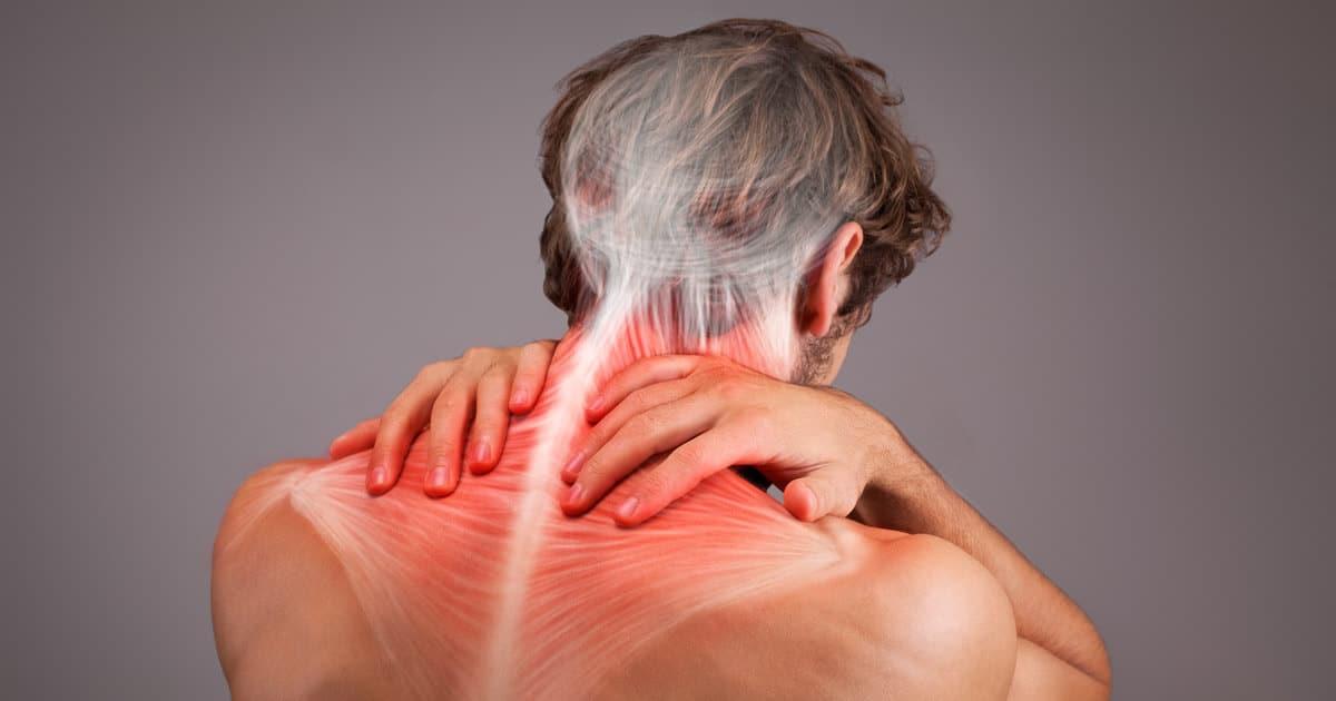 Mann mit Nackenschmerzen und verspanntem Nacken