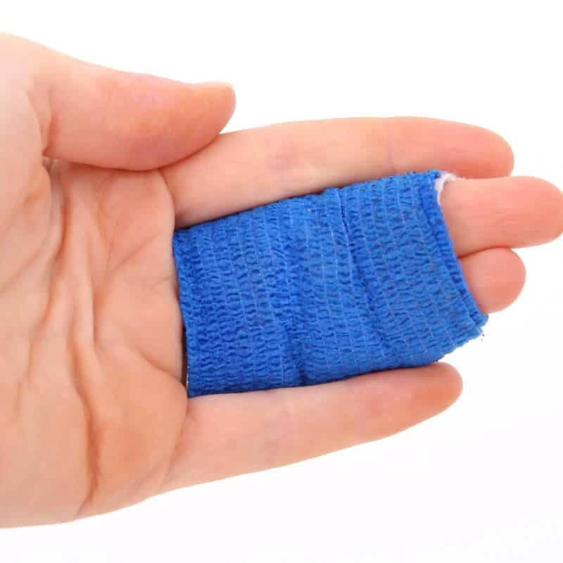 Mittel- und Ringfinger mit Tape-Verband zur Behandlung eines Schnappfingers