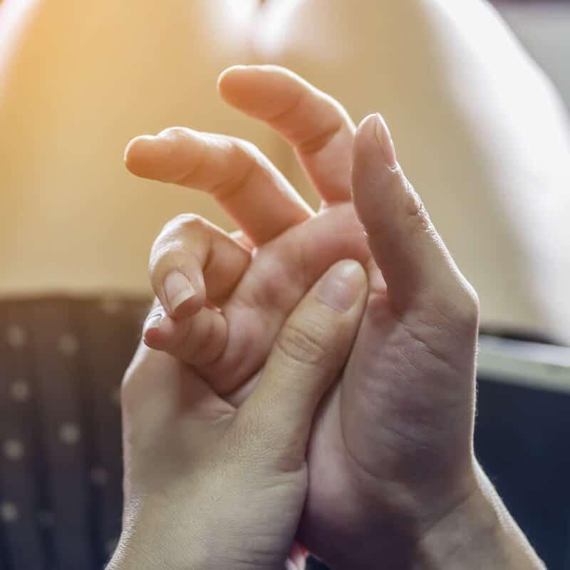 Eine weibliche Hand mit Schnappfinger