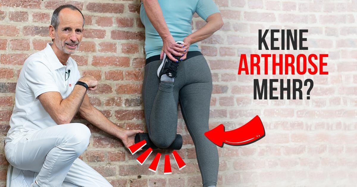 Roland Liebscher-Bracht zeigt einer Patientin die besten Übungen gegen Arthrose im Knie