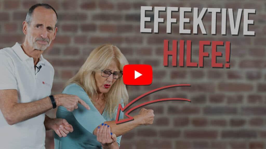 Roland Liebscher-Bracht zeigt einer Patientin die besten Übungen gegen einen Tennisarm