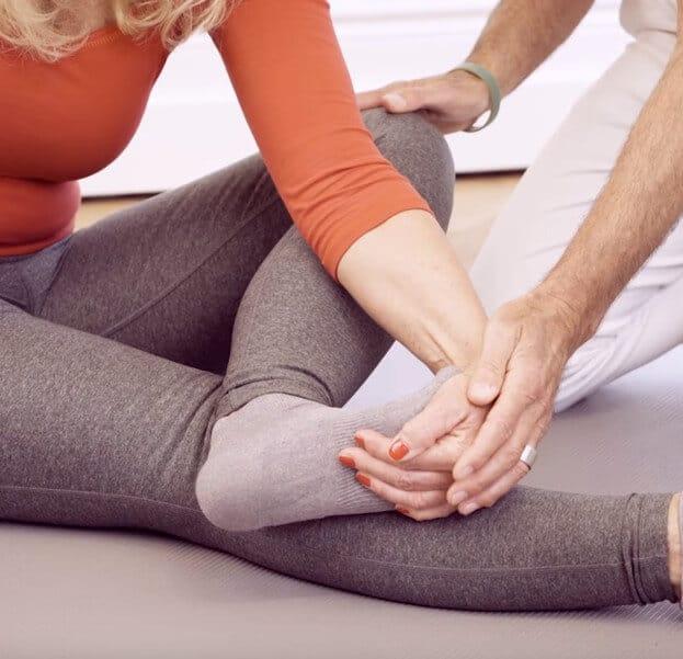 Frau macht Übung zu Fußschmerzen mit Streckung der Zehen