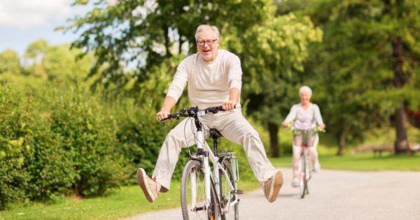 Alter Mann fährt freudig auf einem Fahrrad
