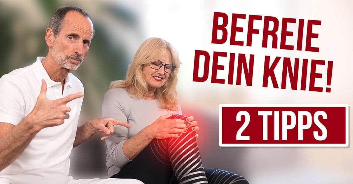 """Vorschaubild: Roland zeigt auf Ina`s Knie, welches rot hervorgehoben ist und sie dazu ein schmerzverzerrtes Gesicht macht. Dazu der Text rechts: """"Befreie dein Knie - 2 Tipps"""""""