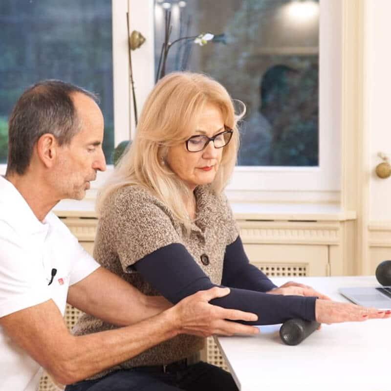 Frau rollt mit Handgelenk über die Mini-Rolle