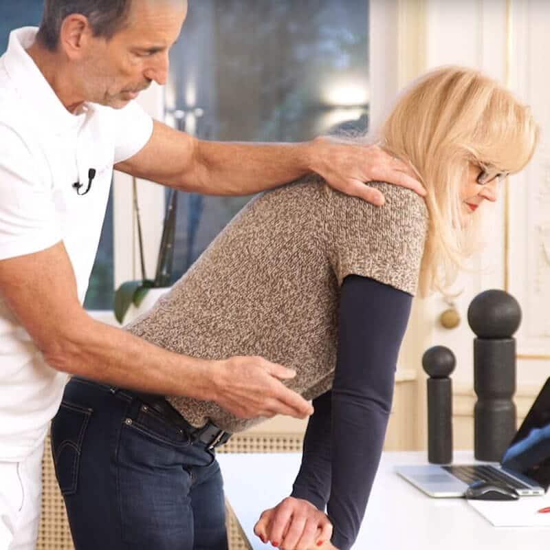 Frau dehnt das Handgelenk gegen Schmerzen im Handgelenk
