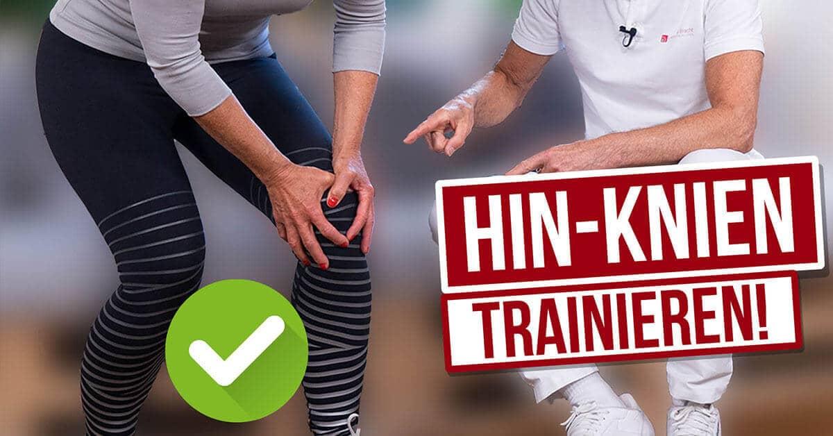 """Ein ältere Frau hält sich das Knie und ein Mann in weißer Kleidung zeigt darauf. Links zwischen den Beinen ein grünes Häkchen und rechts das Banner """"Hin-Knien trainieren!"""""""