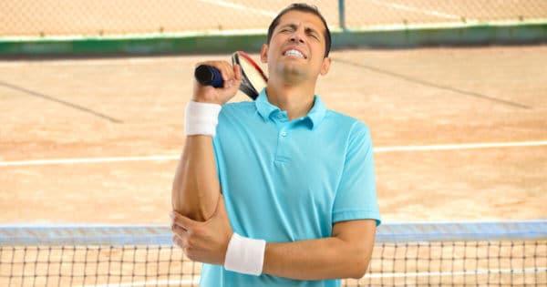 Tennisspieler mit einem Tennisarm