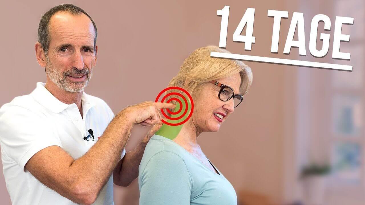 """Thumbnail zu Nackenschmerzen - Modell Ina lächelt als sie beide Hände am Nacken hat, Roland dahinter mit Daumen hoch und Links oben steht """"Das Geheimnis gelüftet"""" und darunter ein grünes Häkchen"""