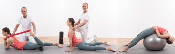 Drei Bilder mit Rückenübungen: 1. Bild von links: Frau liegt auf Matte und dehnt mit einer Schlaufe ihren Oberschenkel,Mann korrigiert sie. 2. Bild: Frau im Hohlkreuz und Mann korrigiert sie. 3. Bild Frau auf Gymnastikball im Hohlkreuz