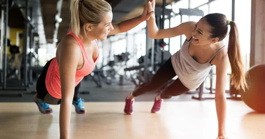 Zwei Frauen, die Sport treiben