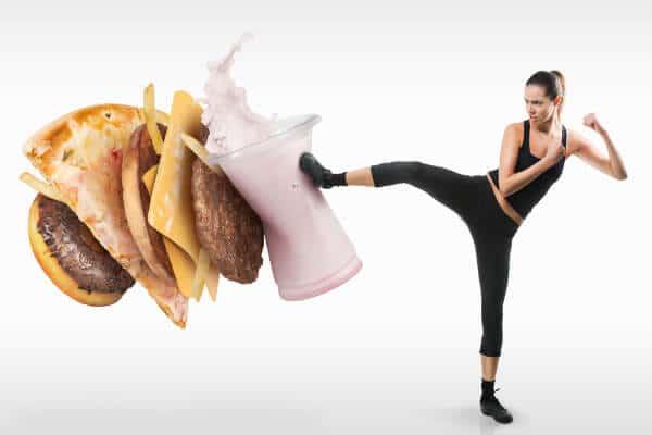 Frau kämpft gegen Fast Food