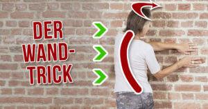 Eine Frau zeigt den Der Wand-Trick gegen Rückenschmerzen