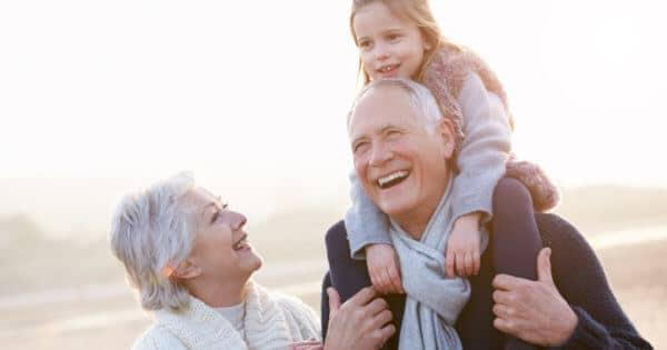 Eine Großmutter und ein Großvater mit ihrer Enkelin