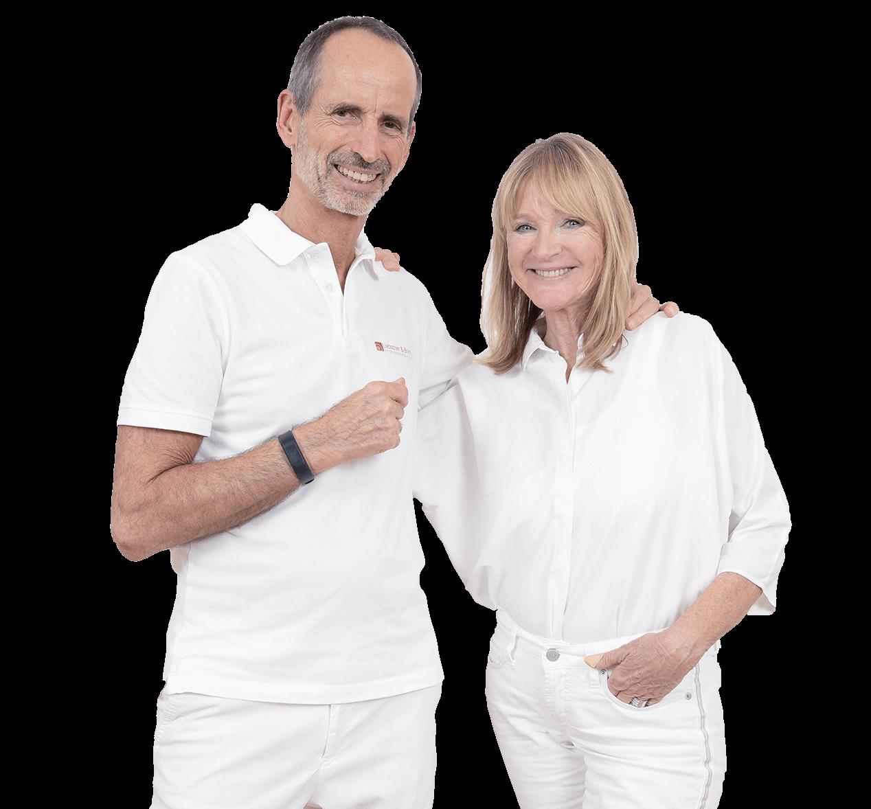 Auf dem Bild ist Roland und Petra von Liebscher & Bracht zu sehen. Beide schauen sehr glücklich aus . Roland umarmt Petra leicht .