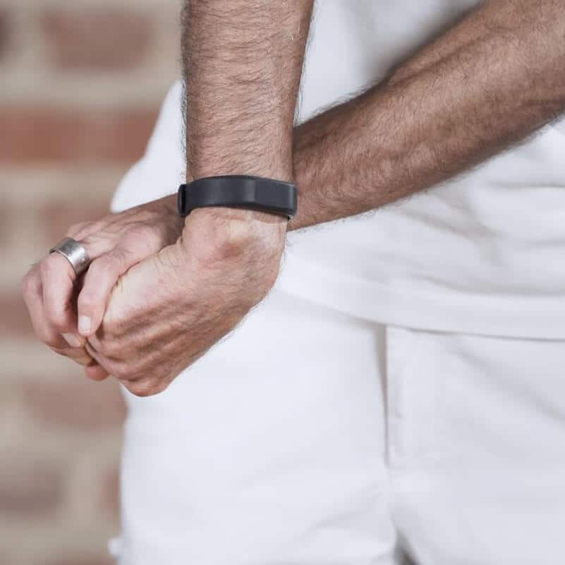 Vorbereitung der Dehnung des hinteren Unterarms zur Behandlung eines Tennisellenbogens, bei der Roland Liebscher-Bracht das zur Faust geballte und eingedrehte Handgelenk seiner rechten Hand mithilfe des linken Arms aufdehnt