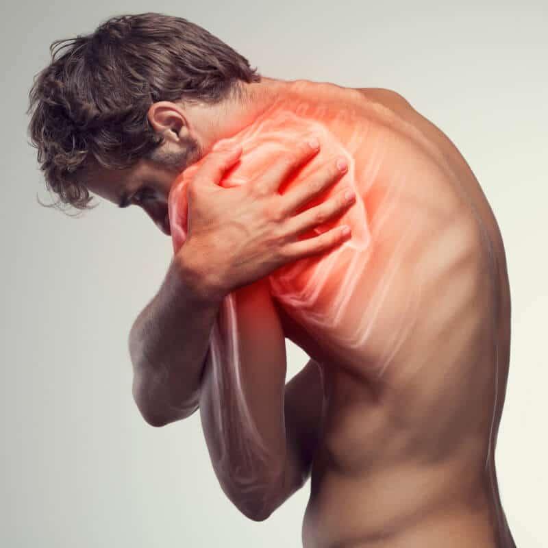 Ein Mann hält sich seine schmerzende Schulter, in die grafisch mit roter und weißer Farbe eine schmerzhafte Verkalkung eingearbeitet ist