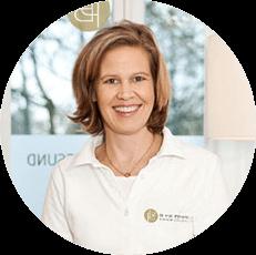 Bild einer lächelnden Frau (Dr. med. Nicole Vennemann) in einem Kreis von Kopf bis Brust mit weißem Liebscher & Bracht Gesundheitszentrum Shirt