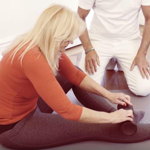 Patientin rollt mit Medi-Rolle über ihren Schienbeinknochen