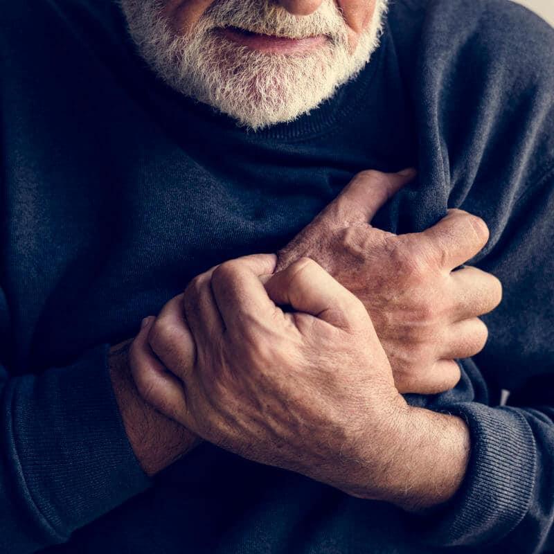 Ein älterer Mann hat Schmerzen in der Herzgegend