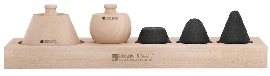 Abbildung des Drücker - Sets: Längliche Ablage aus Buchenholz worauf von links nach rechts passend liegen: Kegelförmiges Sockelement / Kugelförmiges Sockelement / Flachespitze / Rundspitze / Spitze