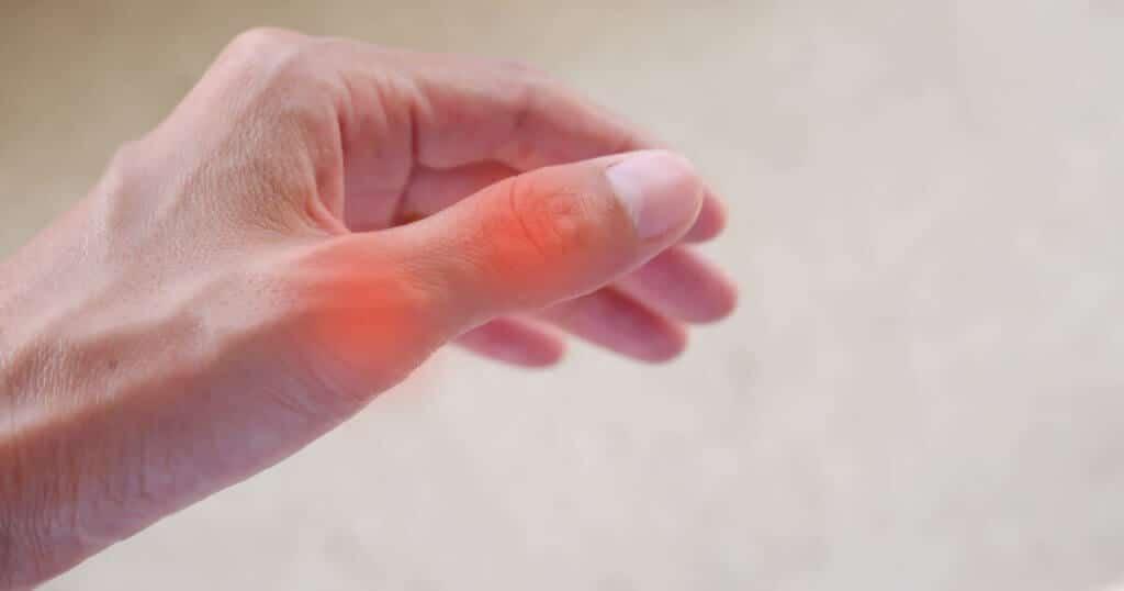 Foto von einem schmerzenden Daumen bei Handschmerzen