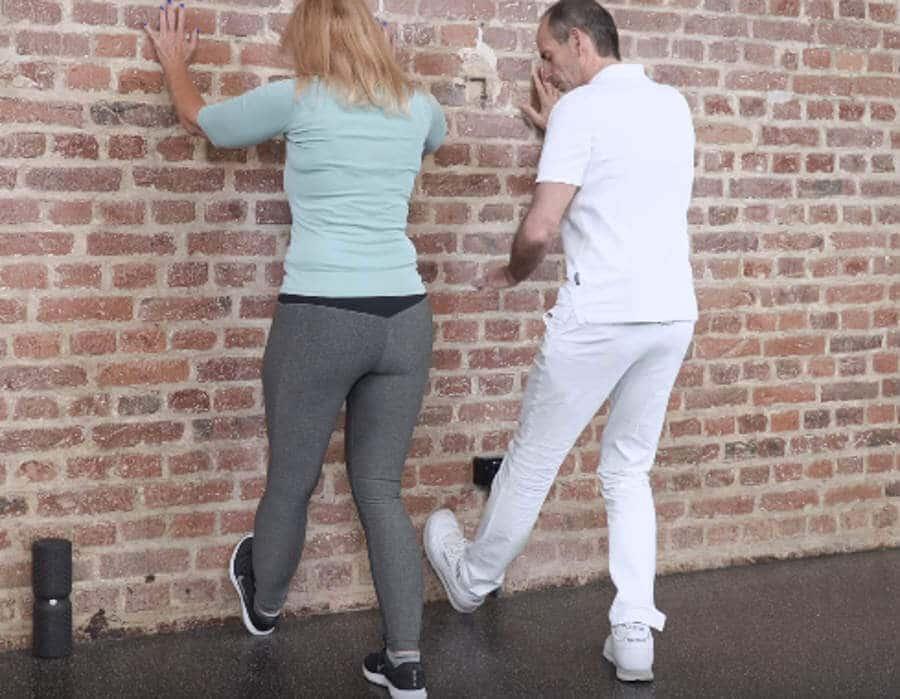 Ina dehnt sich die Waden gegen Kniegelenksarthrose